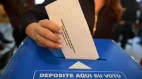 Una mujer emite su voto durante las elecciones primarias en Honduras, antes de las elecciones generales del 26 de noviembre, el 12 de marzo de 2017 en Tegucigalpa. AP
