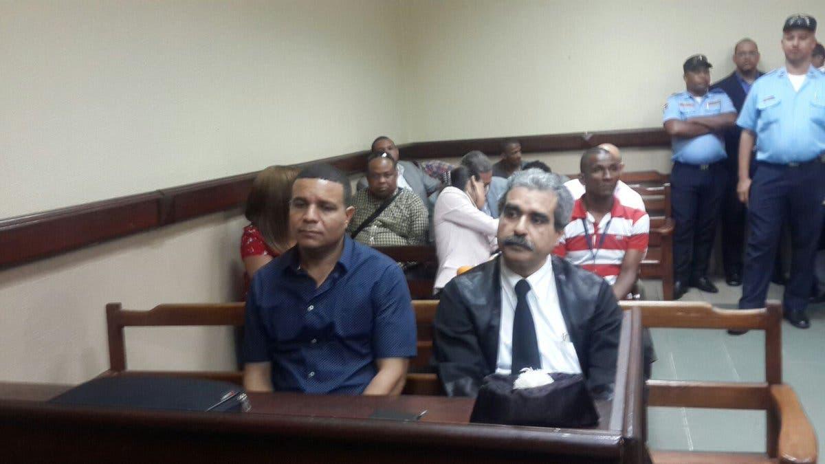 El exraso de la Fuerza Aérea de la República Dominicana, Franklin Padilla Núñez, en compañía de su abogado durante la audiencia. Foto tomada de @TelenoticiasRD