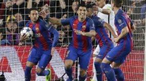Los jugadores del Barcelona, Neymar, izquierda, y Luis Suárez, centro, festejan después de un autogol de PSG en un partido por los octavos de final de la Liga de Campeones en Barcelona.  AP