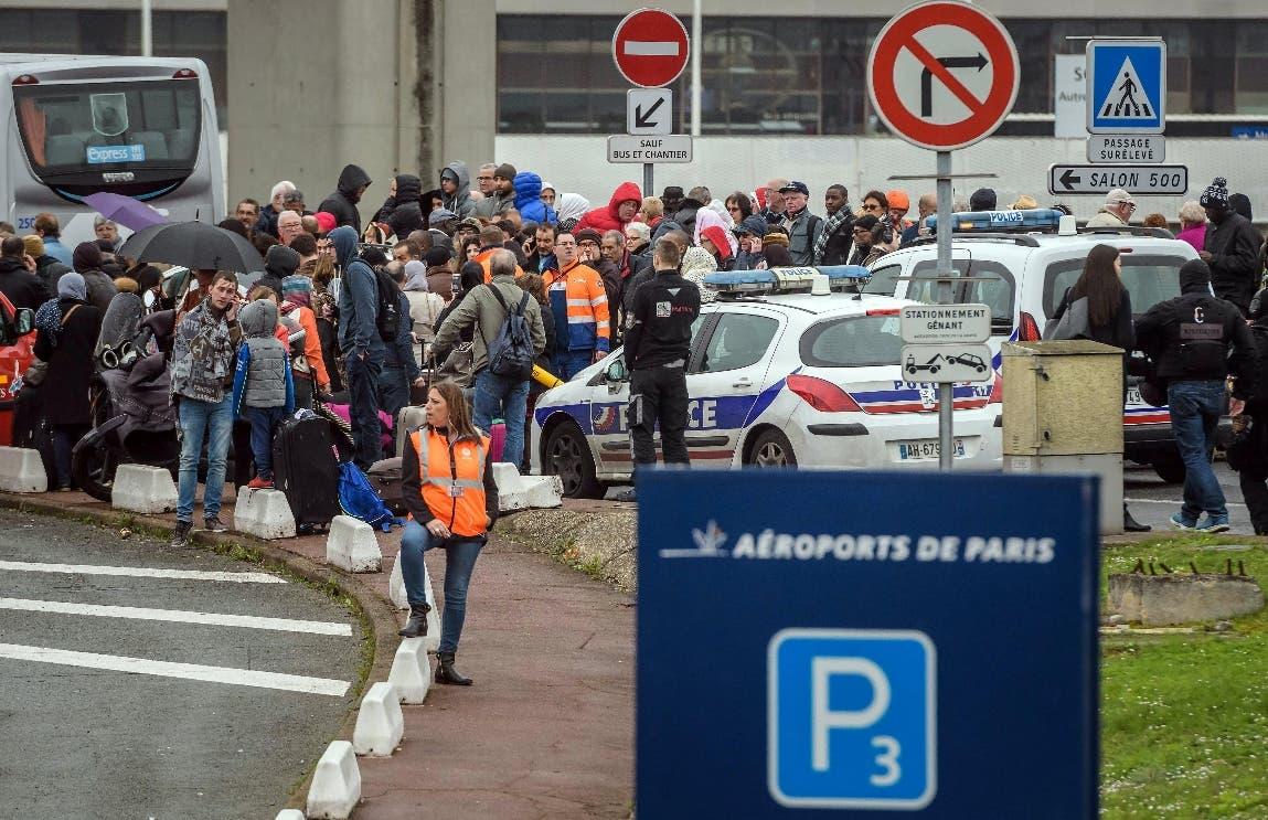 Abatido un francés tras intentar quitar el arma a una soldado en aeropuerto de Orly