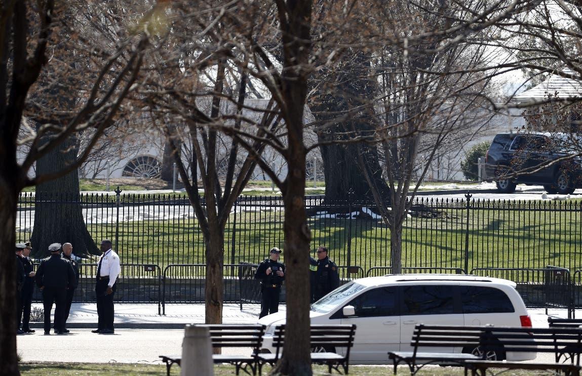 Oficiales del Servicio Secreto estadounidense se encuentran en el área acordonada de la Avenida Pennsylvania después de un incidente de seguridad cerca de la cerca de la Casa Blanca en Washington. AP