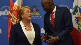 La presidenta de Chile,   Michelle Bachelet habla con su homólogo haitiano Jovenel Moise. AFP