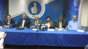 Andrés Bautista habló durante una rueda de prensa en la que estuvo acompañado de Josefa Castillo y otros dirigentes del PRM.