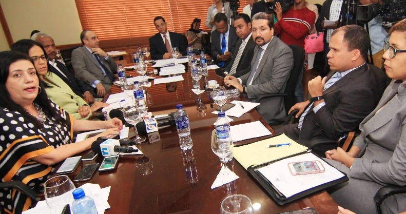 Los ejecutivos  de Orange, Claro,  Viva y Tricom en el Senado.