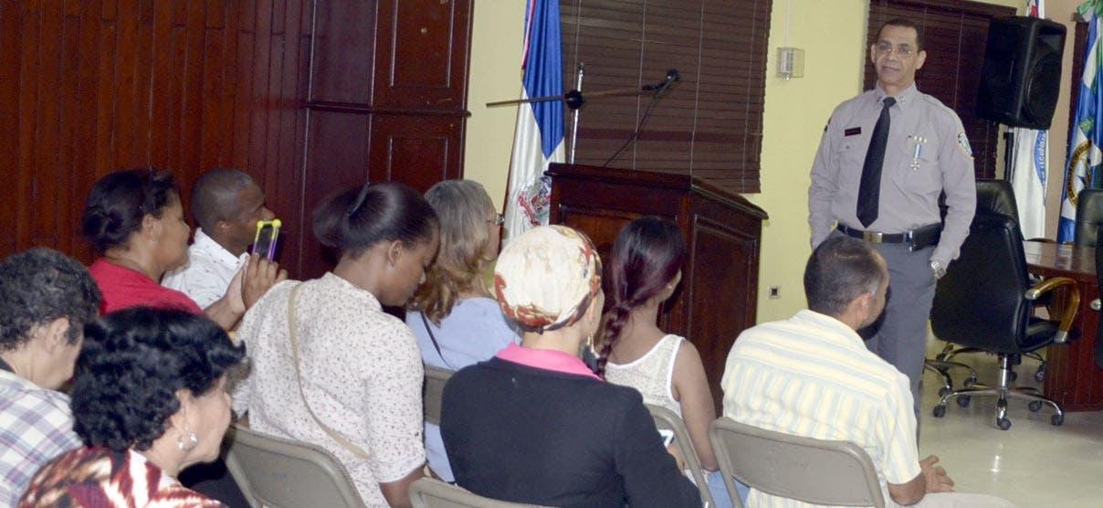 General Nelson Rosario conversó con exempleados del Isspol tras  protestar frente al edificio.