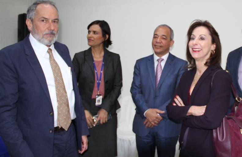 Ramón Espinasa junto a ejecutivos de la CDEEE y del BID.