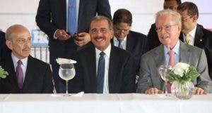 Rafael Molina Morillo junto  al presidente Danilo Medina  y al empresario José Luis Corripio.