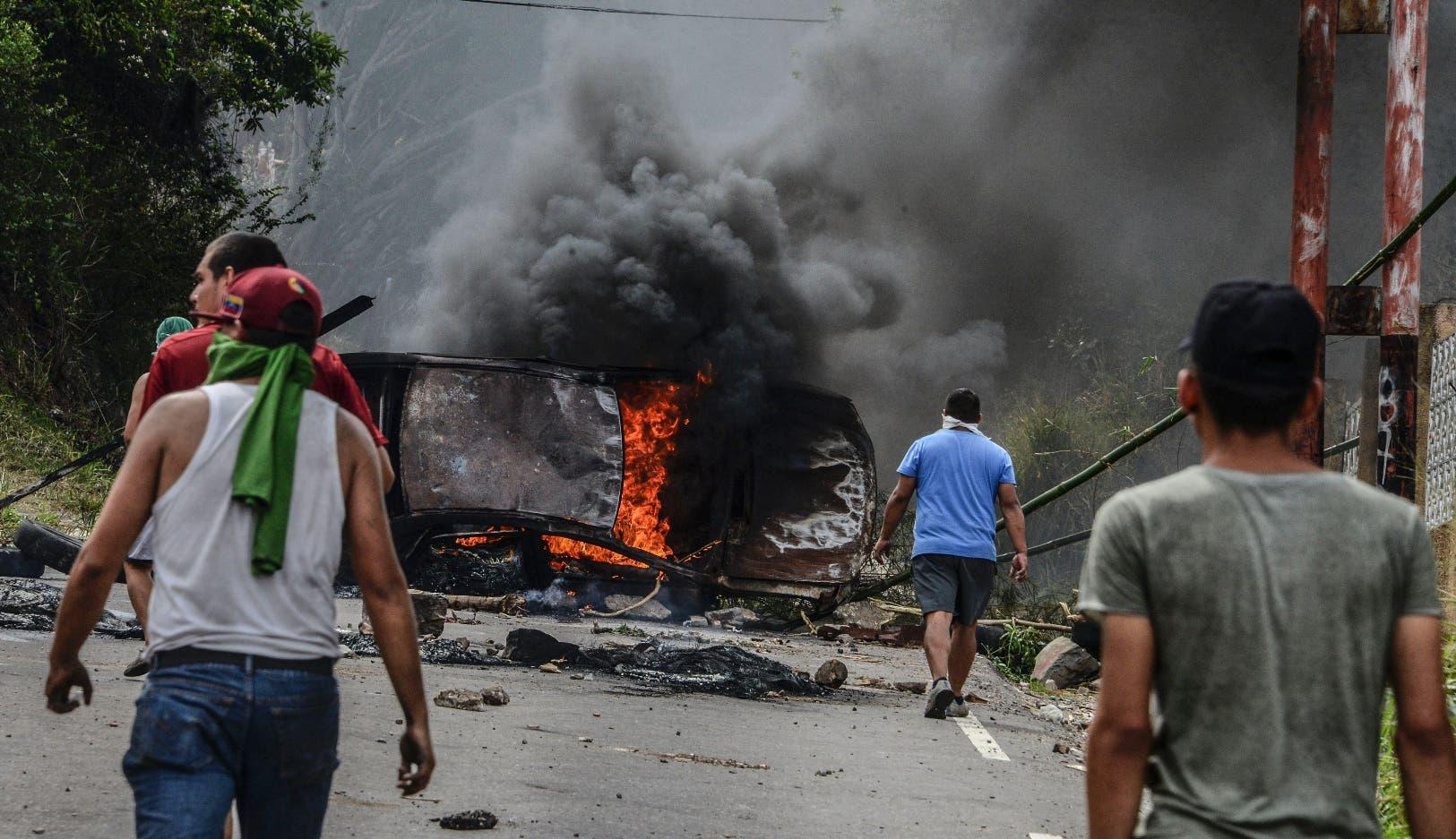 Cerca de 100 funcionarios policiales han sufrido heridas en las tres semanas de protestas, dijo el defensor del pueblo, Tarek William.
