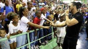 """El artista urbano """"el Alfa"""" amenizó ayer la doble cartelera del Torneo de Baloncesto Superior del Distrito Nacional."""