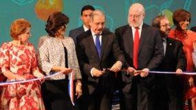 El presidente Danilo Medina y demás funcionarios  mientras hacían el corte de cinta  que dejaba inaugurada la Feria del Libro.