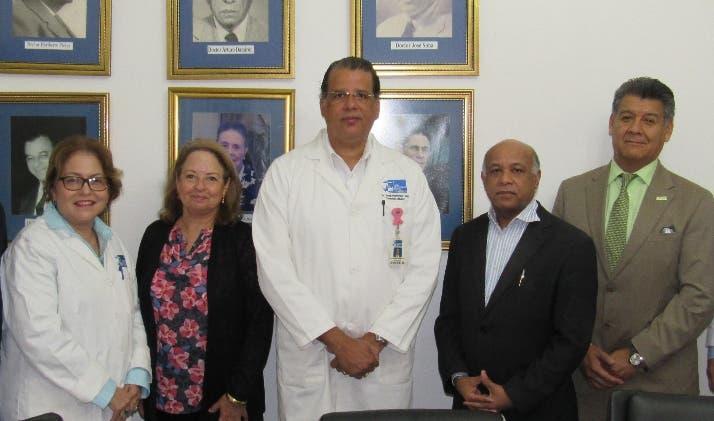 Médicos durante el encuentro con miembros de la entidad.