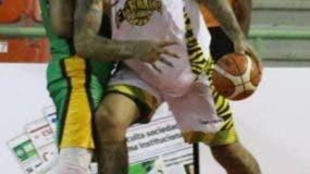Peter John Ramos hace ofensiva durante el partido de anoche.
