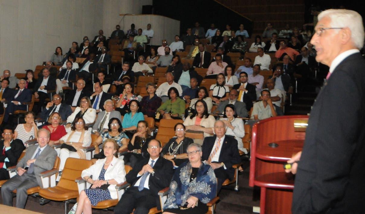 El español Eugenio García Zarza expone sus conocimientos al público que compartió su charla.