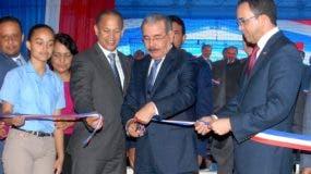 El presidente Medina corta cinta para inaugurar escuelas.