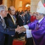 Monseñor Francisco Ozoria saluda  miembros del Pleno de la  JCE.