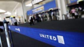 Un pasajero fue sacado a la fuerza de un vuelo en Chicago.