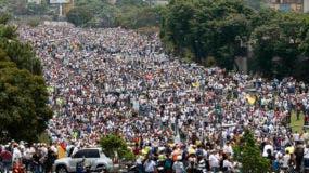 Manifestantes marchan contra el gobierno por una carretera en Caracas, Venezuela, el miércoles 19 de abril de 2017. (AP Foto/Ariana Cubillos)
