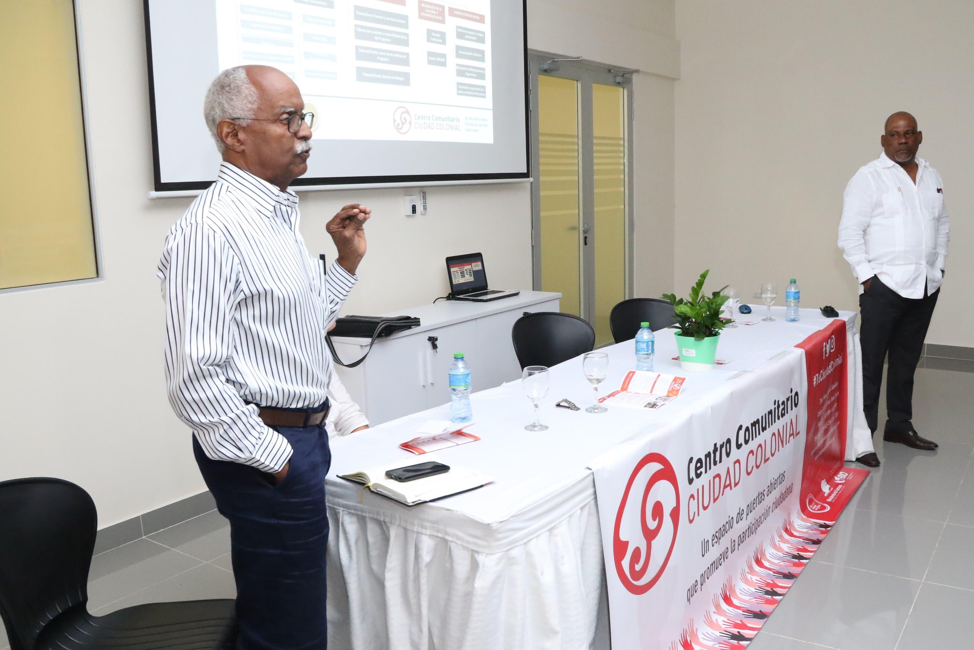 El sociólogo César Pérez y el pedagogo Carlos Arias presentan el Centro Comunitario de Ciudad Colonial.