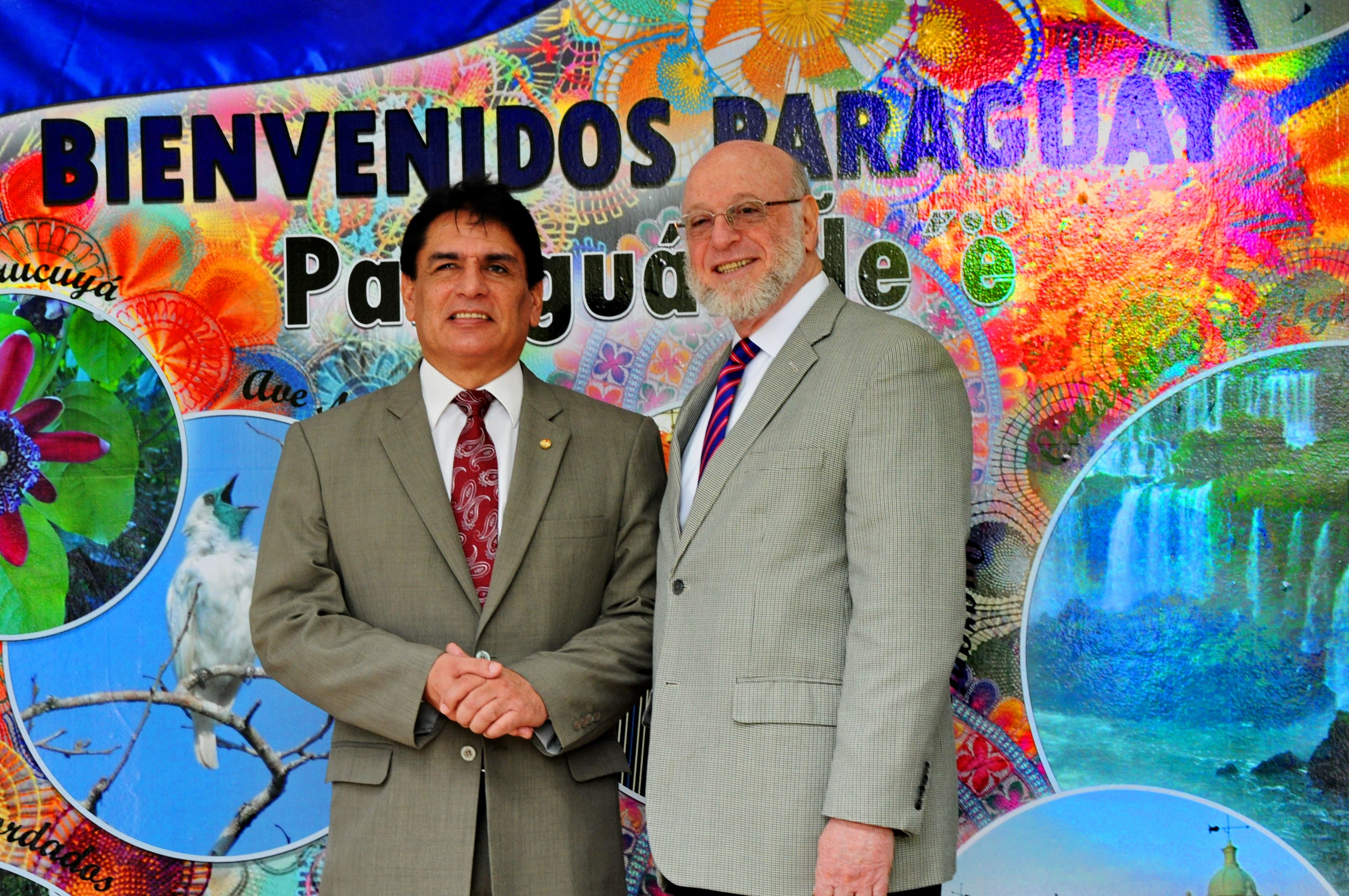 El embajador de Paraguay, Pedro Sánchez y el ministro Pedro Vergés visitaron el pabellón de Paraguay en el recinto ferial.