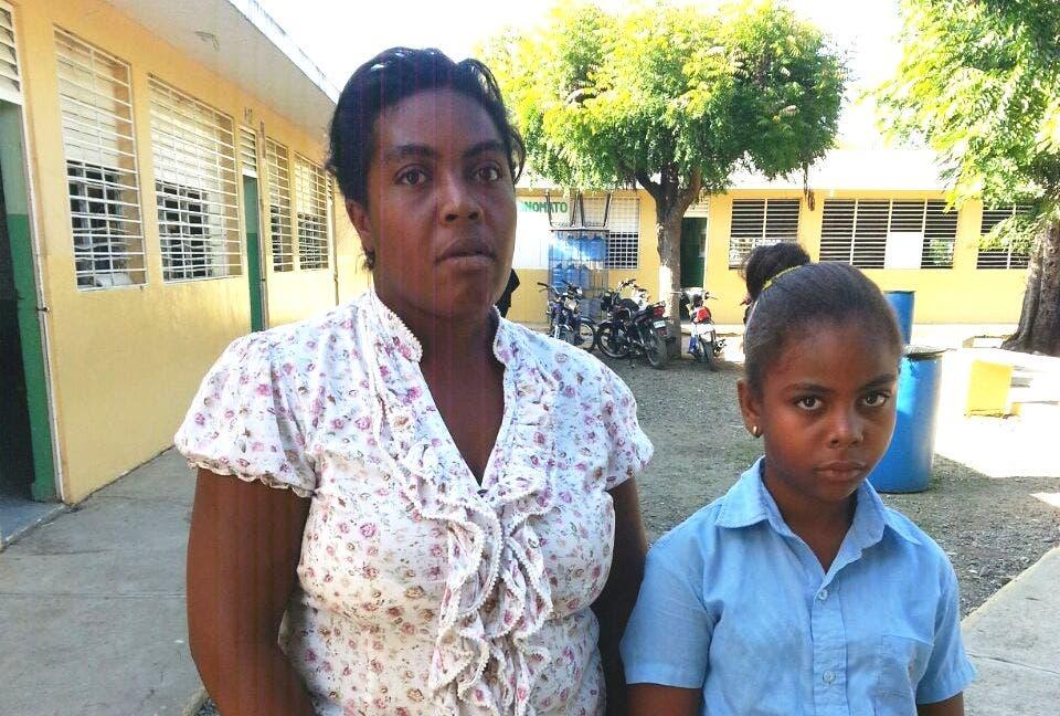 Miguelina Arnaud junto a su hija Evelin Díaz Arnaud. La niña necesita ayuda urgente para evitar quedar sorda.