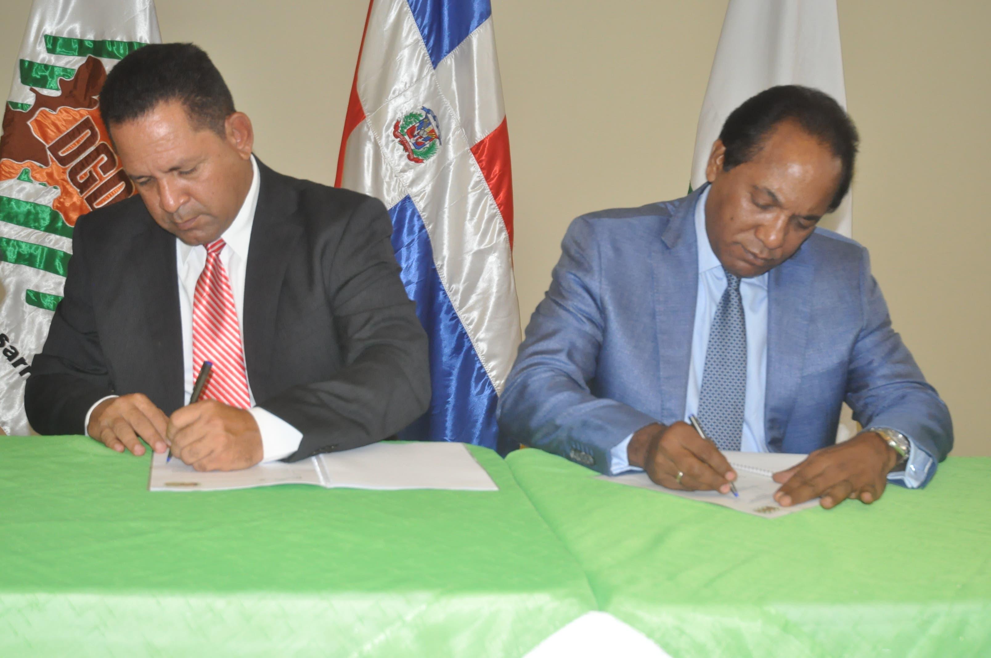 Miguel Bejarán, director de Desarrollo Fronterizo y Jorge Radhamés Zorrilla Ozuna, de  Inespre.