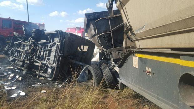 Ambos vehículos se incendiaron como consecuencia del choque, aunque el conductor del camión sobrevivió al accidente.