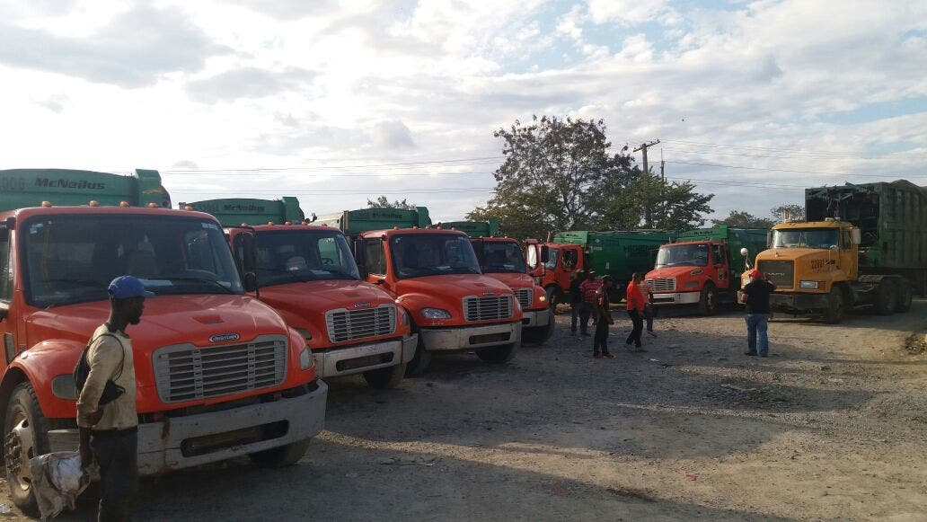 Parte de los camiones que están varados en la entrada del vertedero.