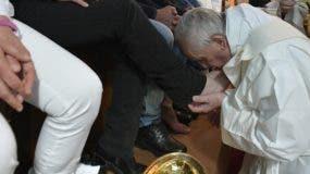 El papa Francisco lava los pies de algunos presos en la cárcel de máxima seguridad de Paliano, al sur de Roma. AP
