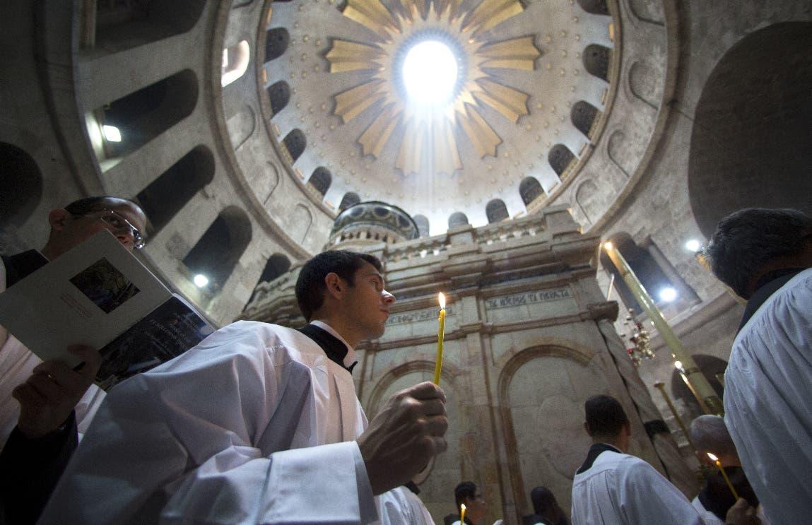 La ceremonia de Pascua en la Iglesia del Santo Sepulcro en Jerusalén. (AP Photo/Sebastian Scheiner)