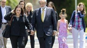 El Dr. Salomon Melgen toma las manos de su esposa, Flor, cuando deja el tribunal federal con familiares y amigos después de llegar para una pregunta del jurado el viernes. AP