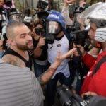"""El cantante Miguel Ignacio Mendoza, """"Nacho"""", del dúo """"Chino y Nacho""""  fue alcanzado por la nube de gases que dispersó la policía para contener la movilización de miles de opositores en la principal autopista de la ciudad.  AFP"""