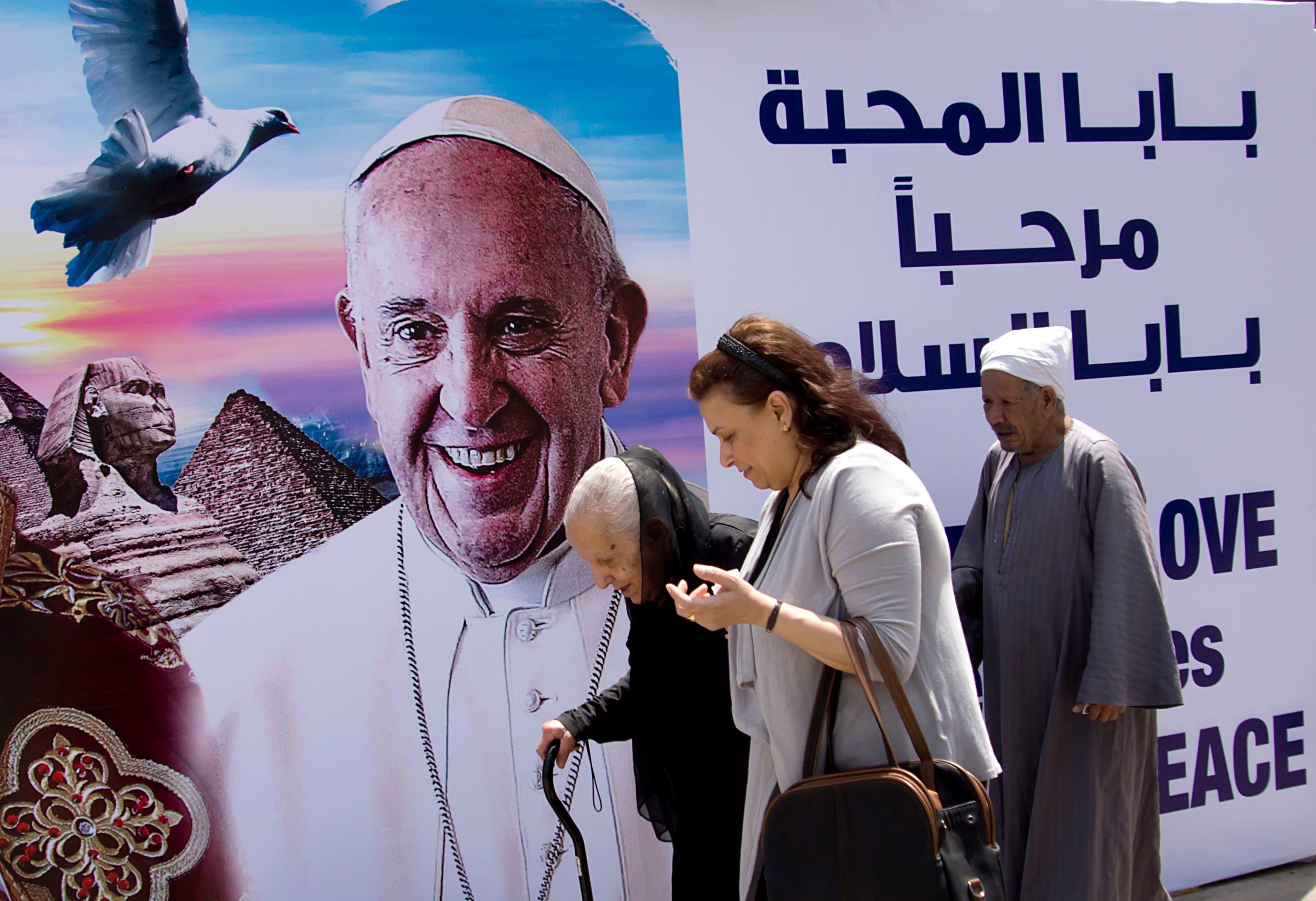 Un cartel da la bienvenida al papa Francisco en la catedral de San Marcos en El Cairo, Egipto, el jueves 27 de abril de 2017. (AP Foto/Amr Nabil)