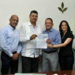 El ministro de Agricultura, Ángel Estévez, entregó los fondos a los productores.