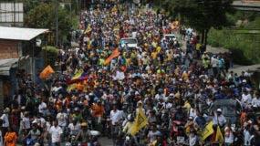 Opositores del presidente Nicolás Maduro marchan a la cárcel militar de Ramo Verde en Los Teques, en las afueras de Caracas, Venezuela, el viernes 28 de abril de 2017. La oposición reclama la libertad de Leopoldo López que cumple una condena por promover manifestaciones contra el gobierno en 2014. (AP Foto/Fernando Llano)