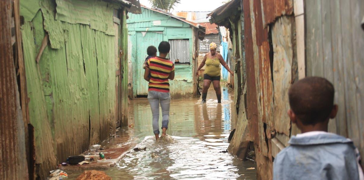 Miles de dominicanos viven en viviendas vulnerables a los fenómenos naturales. El presupuesto destinado a viviendas para el año 2017 de apenas 0.03% del PIB.