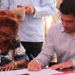 Una dirigente de Junta de Vecinos firma junto a David Collado.