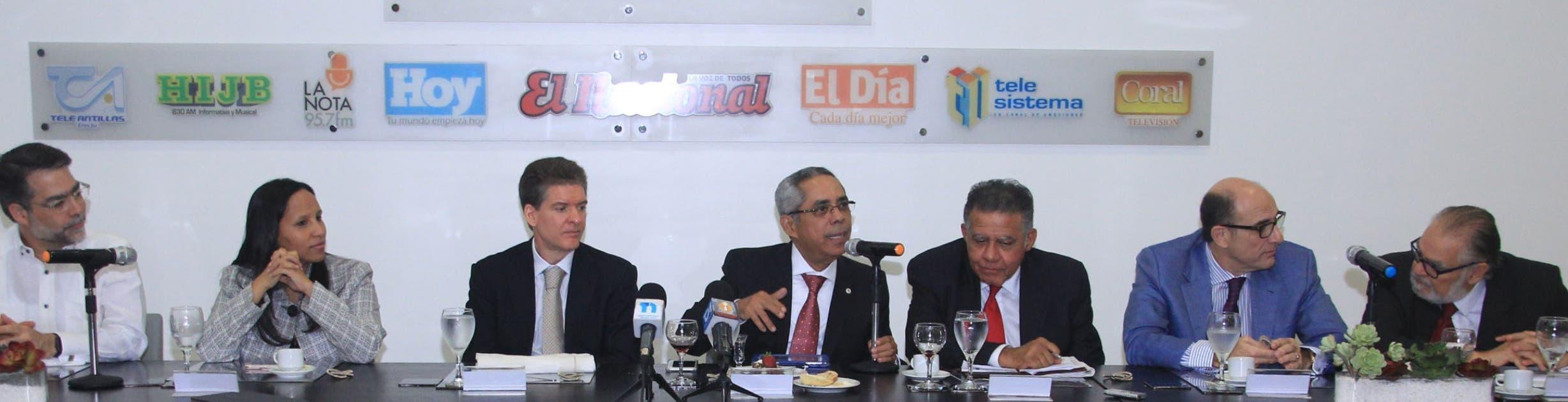 Ernesto Selman, Jacqueline Mora, José Alfredo Corripio, Pedro Silverio Álvarez, el periodista Juan Bolívar Díaz, José Luis de Ramón y Miguel Ceara Hatton durante el almuerzo del Grupo Corripio.