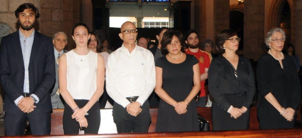 La esposa, hijos, nietos y otros familiares de Molina Morillo durante la celebración eucarística.