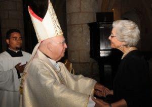 Monseñor Camilo  al dar el  pésame a Francia Espaillat de Molina.