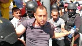 Dirigente Juan Comprés, mientras era conducido por agentes.