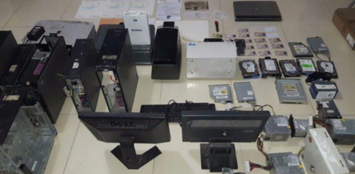 Equipos ocupados por la Policía al desmantelar el laboratorio clandestino en Santo Domingo Este.