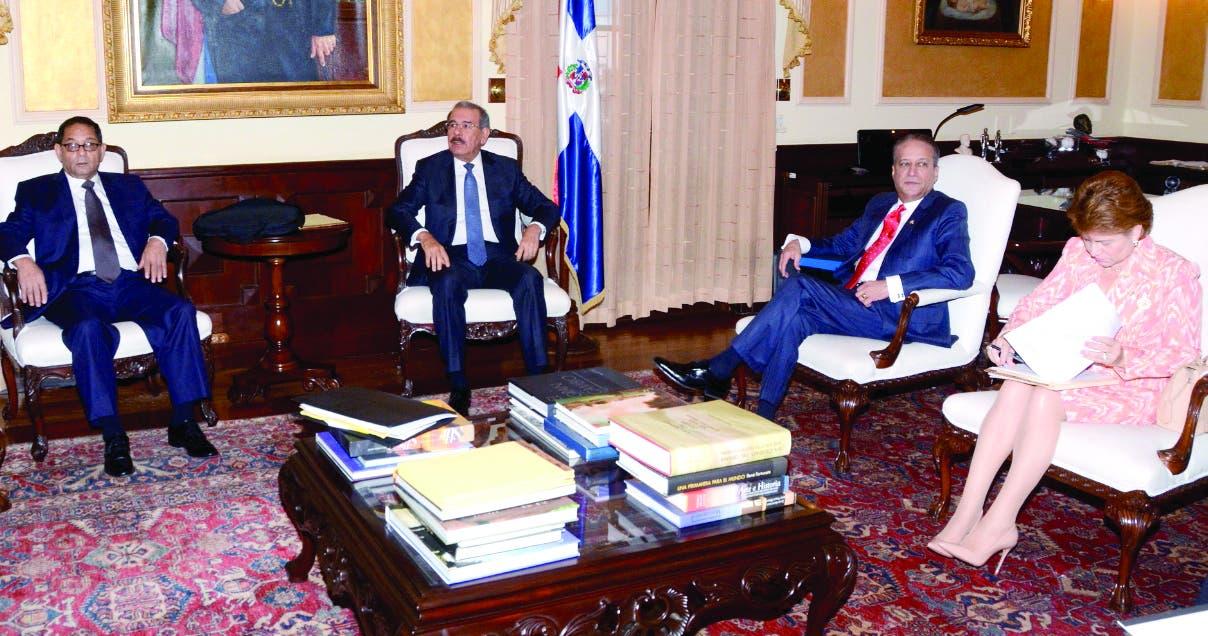 Mariano Germán, el presidente Danilo Medina, Reinaldo Pared y Lucía Medina en reunión.