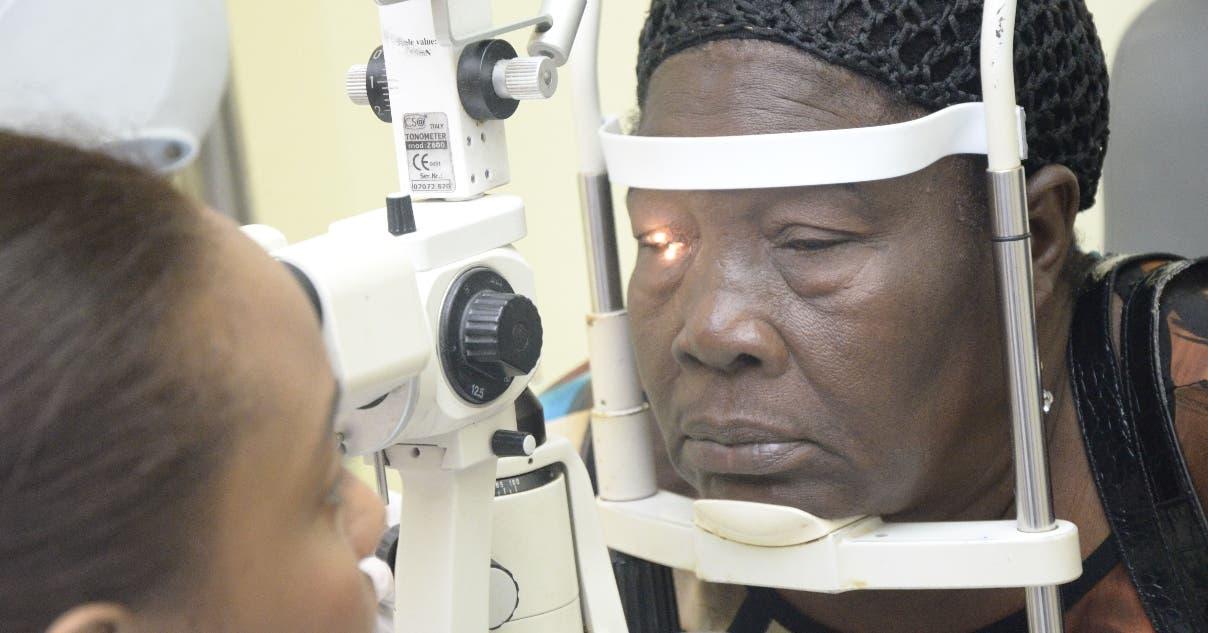 Esta señora es una  de las tantas personas afectadas por el virus y es examinada en el Cecanot.