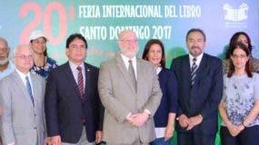 El ministro de Cultura, Pedro Vergés, junto al equipo organizador de la Vigésima Feria Internacional del Libro Santo Domingo 2017, durante la conferencia de cierre en la Biblioteca Nacional.