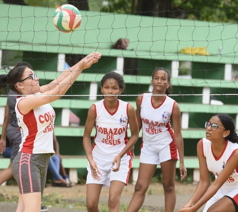Acción de uno de los partidos de voleibol en el Centro Olímpico.