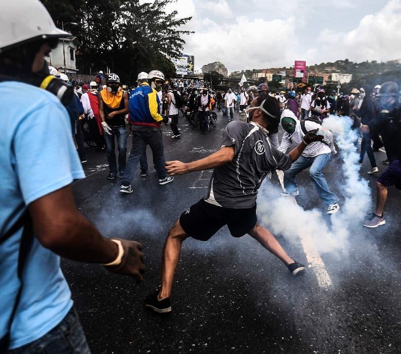 Los manifestantes de enfrentan a la policía en Caracas.