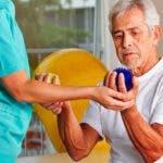 Se  recomienda a los enfermos  recibir la terapia física.