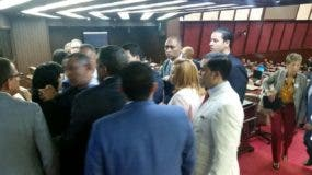 Legisladores abandonan sesión en apoyo a compañeros agredidos por policias. Foto: Degnis de León.