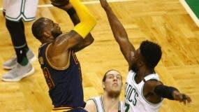 LeBron James hace ofensiva durante el primer partido de la final de Conferencia Este ante Boston.