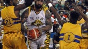 Peter John Ramos avanza con el balón ante la defensa de  los mauricianos durante el partido de anoche.